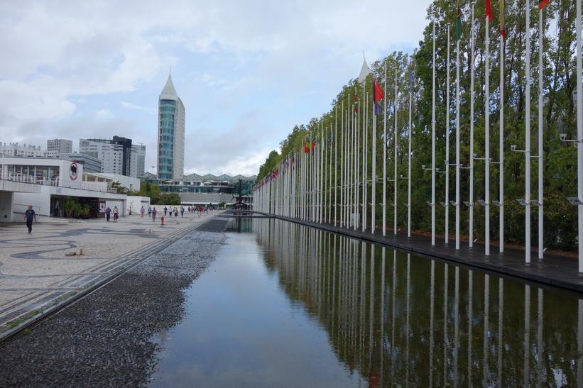 Kvarleva från World Expo 98 med flaggorna från deltagarländerna, Parque das Nações, Lissabon.