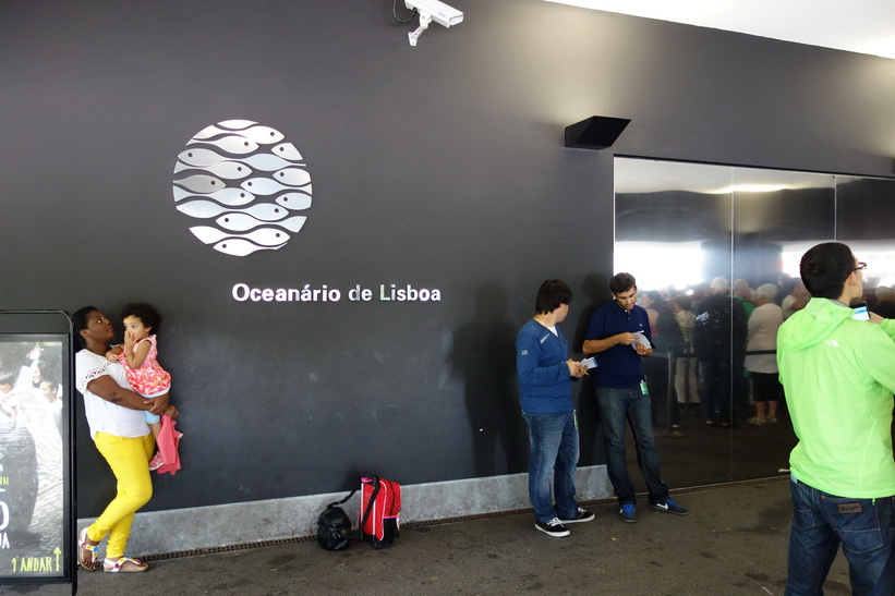 Vid entrén till Oceanário de Lisboa, Parque das Nações, Lissabon.