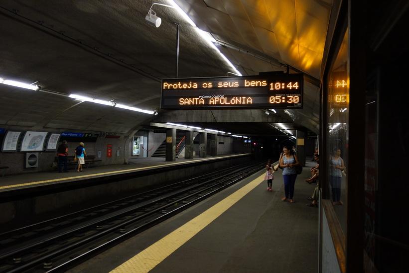Tunnelbanestation Praça de Espanha längs Lissabons Linha Azul (blå linjen).