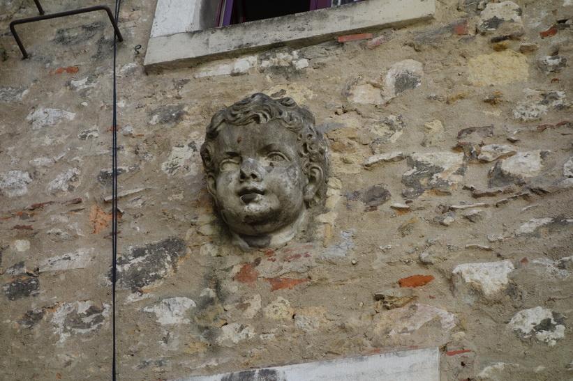 Ett huvud på innerväggen i Convento do Carmo, Lissabon.