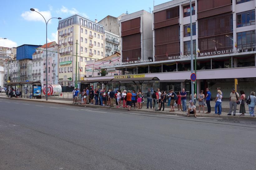 I väntan på den berömda tram 28, Praça Martim Moniz, Lissabon.