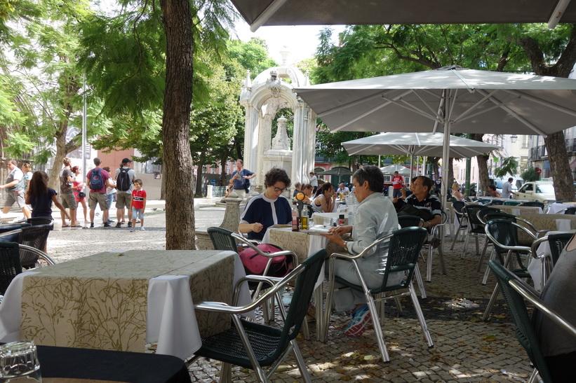 Vila på caféet på Largo de Carmo utanför Convento do Carmo, Lissabon.