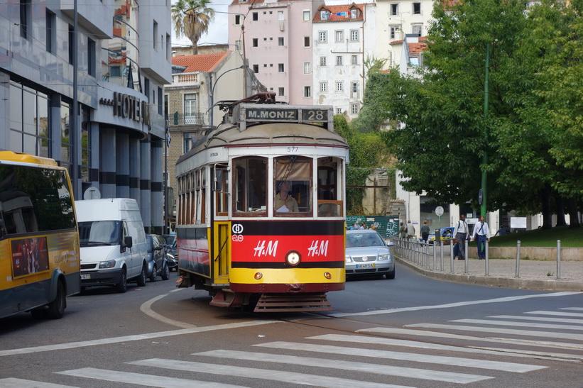 Tram 28 på ingång, Praça Martim Moniz, Lissabon.