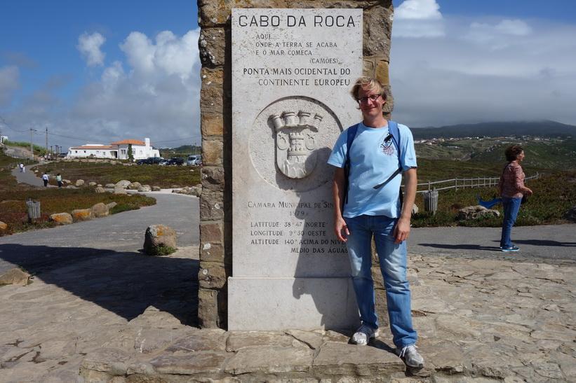 Stefan framför monumentet som deklararerar Cabo da Roca som den västligaste punkten på det europeiska fastlandet, Portugal.