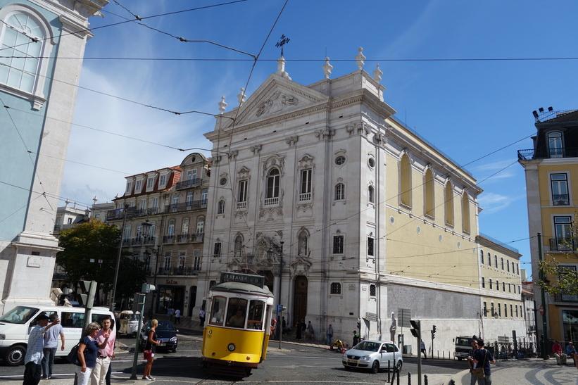 Den berömda tram 28 passerar Largo do Chiado, Lissabon.