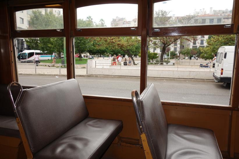 Ombord på berömda tram 28, Lissabon.