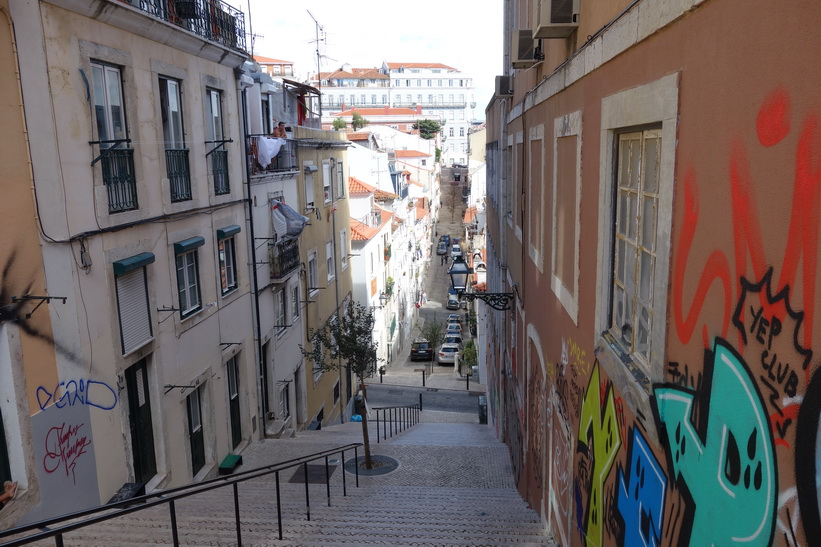 I närheten av Miradouro de Santa Catarina, Lissabon.
