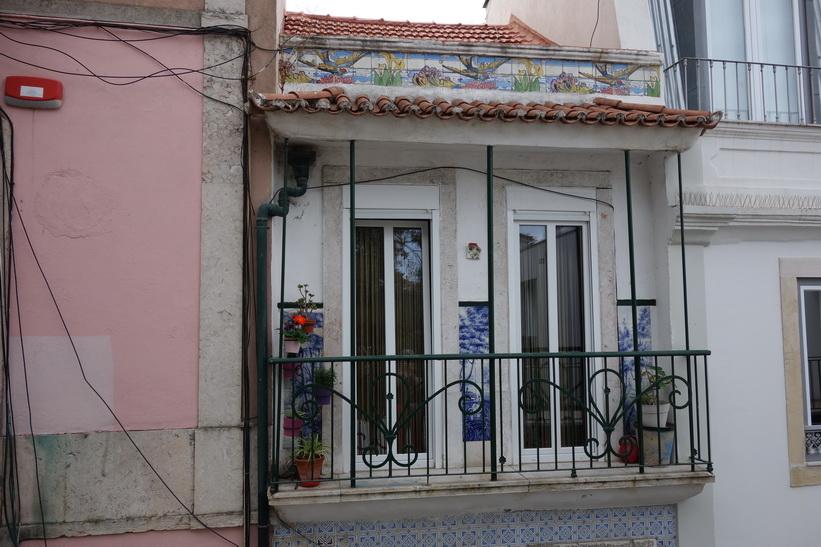 Konstnärlig fasad vid Elevador Baixa som jag passerade på väg upp till Castelo de São Jorge, Lissabon.