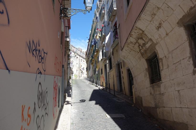 Promenaden från Miradouro de Santa Catarina till Praça do Príncipe Real, Lissabon.