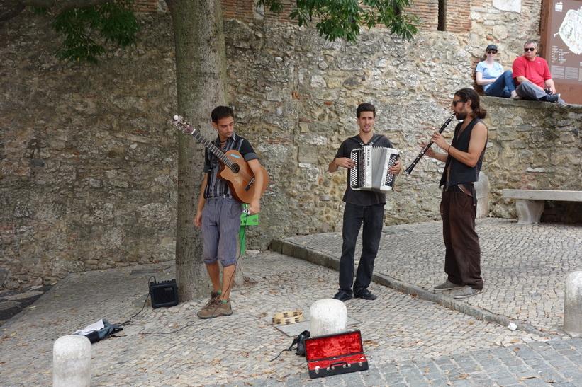 Liveunderhållning utanför Castelo de São Jorge, Lissabon.