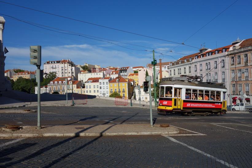 Den berömda tram 28 på väg förbi Assembleia da República upp mot Basílica da Estrela, Lissabon.