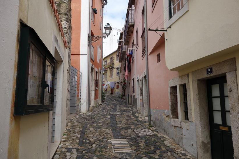 Fantastiskt mysiga gator vid Castelo de São Jorge, Lissabon.