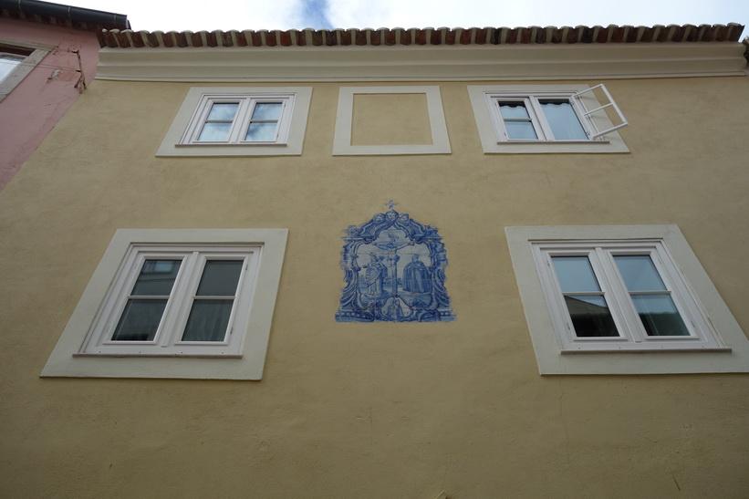 Fina fasadmålningar nästan överallt i området runt Castelo de São Jorge, Lissabon.