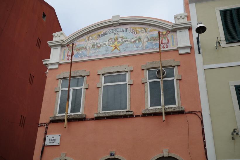 Fina fasader längs gatorna på väg upp till Miradouro da Senhora do Monte, Lissabon.