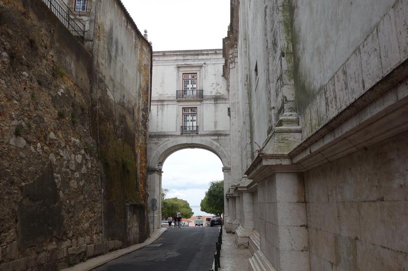 Gatan som passerar Igreja de São Vicente, Lissabon.