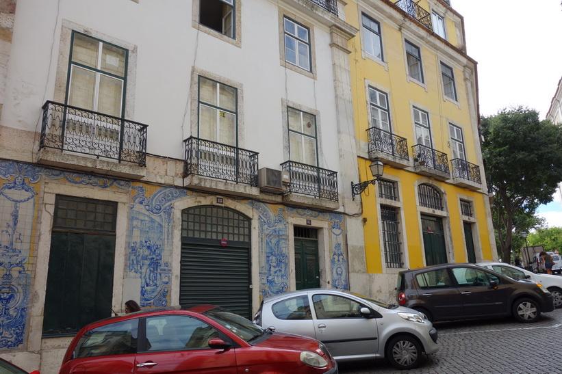 Vacker arkitektur i närheten av katedralen Sé, Lissabon.
