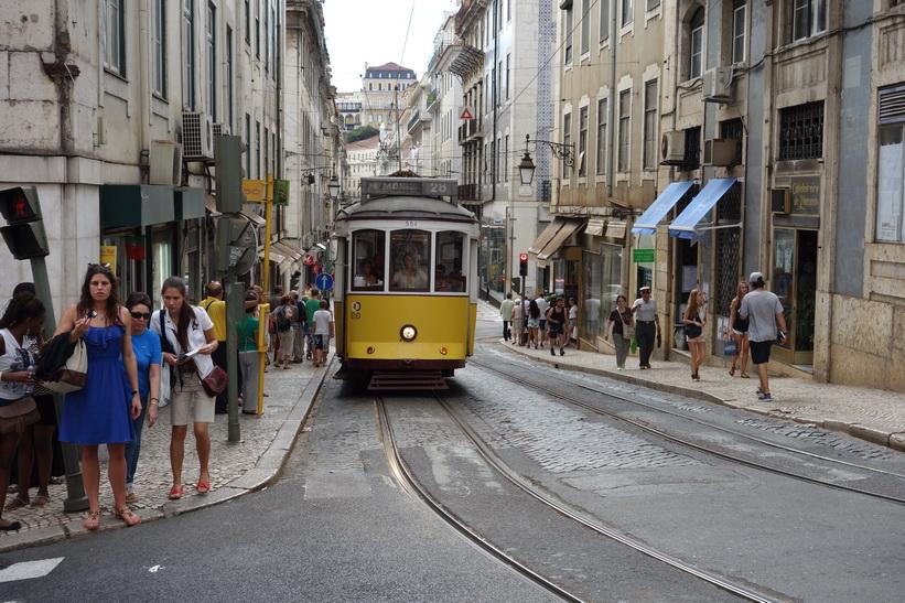 När man är på strövtåg i Lissabon dyker klassiska tram 28 upp när man minst anar det.