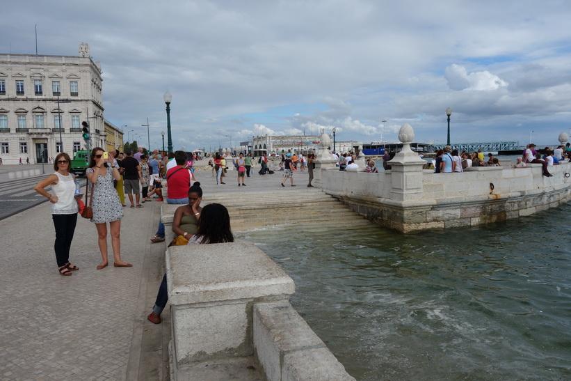 Vid Praça do Comercio och floden Rio Tejo i hjärtat av Lissabon.