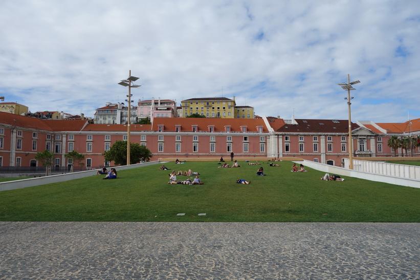 Grönområde väster om Praça do Comércio, Lissabon.