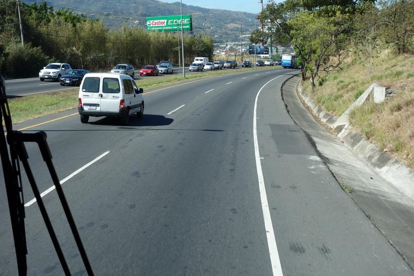 Motorvägen mellan San José och Jacó. Förvånansvärt bra väg.