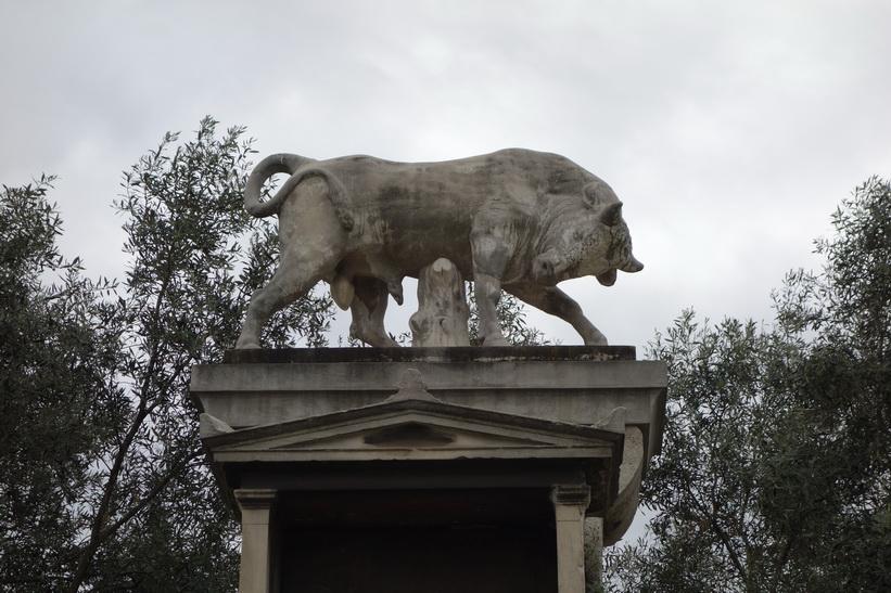 Den kända marmortjuren, Kerameikos, Aten.