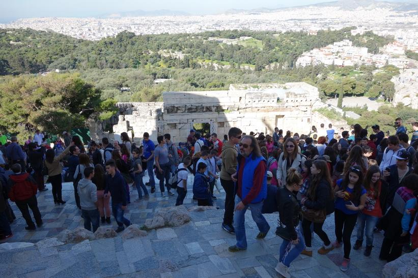 Massvis med turister på väg upp till toppen av Akropolis, Aten.