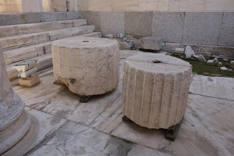 Delar av pelare vid ingången till Akropolis, Aten.