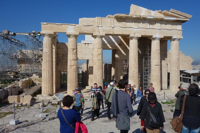 Propyléerna, den stora porten som alla besökare passerade igenom för att komma upp till templen på toppen av Akropolis-klippan, Aten.