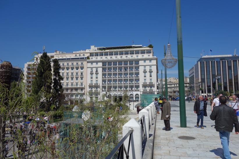 Syntagmatorget till vänster i bild och pampiga Hotel Grande Bretagne i bakgrunden, Aten.