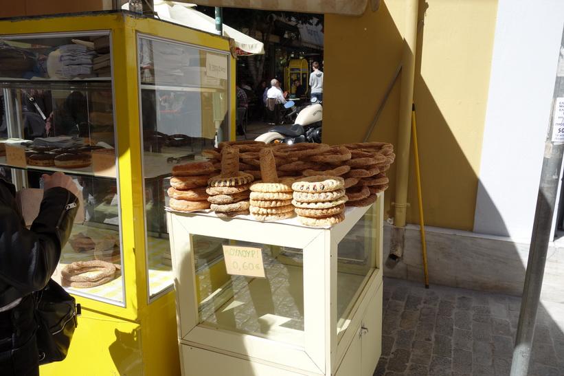 Försäljning av bröd längs gågatan Ermou i centrala Aten.