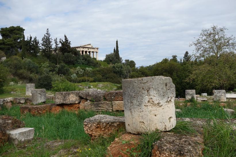 Ruiner i förgrunden med Hefaistotemplet i bakgrunden, antika Agoran, Aten.