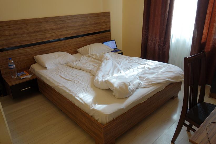 Den sköna sängen i mitt lägenhetsrum i Kyiv.