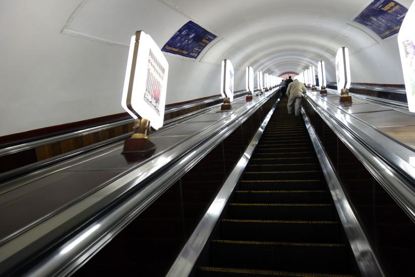 Rulltrappan ner till perrongen kändes oändlig och tog fem minuter att åka, Kyiv.