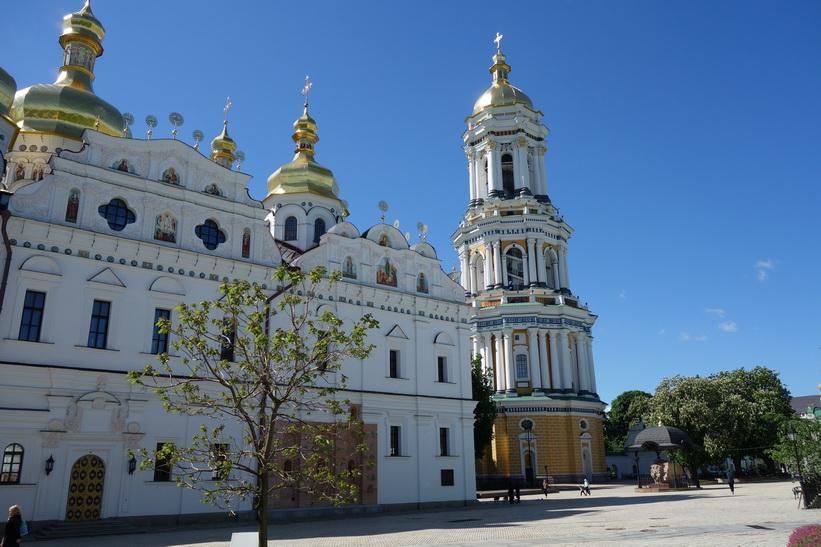 Rekonstruerade Marie avsomnandes katedral och det stora klocktornet till höger i bild, Kievo-Petjerskaja lavra, Kyiv.
