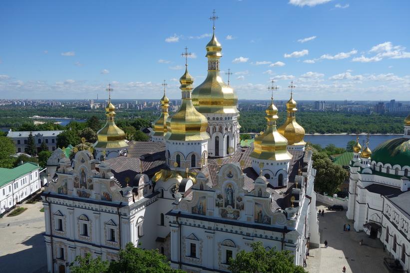 Rekonstruerade Marie avsomnandes katedral sedd från det stora klocktornet, Kievo-Petjerskaja lavra, Kyiv.
