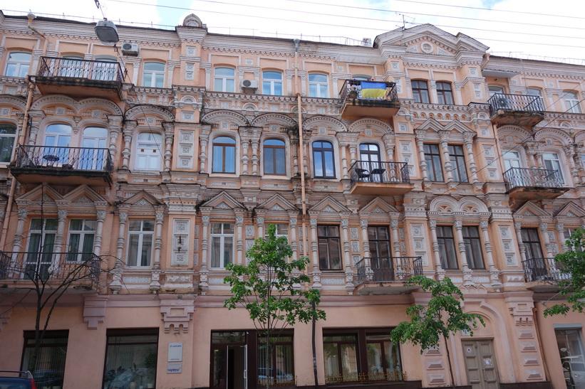 Vacker arkitektur längs gatan vul Horodetskoho i centrala Kyiv.