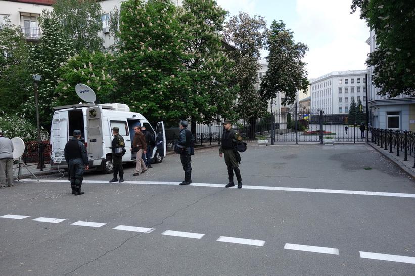 Militärbevakning i närheten av presidentadministrationen i Kyiv. På denna plats förekommer ofta stora demonstrationer.