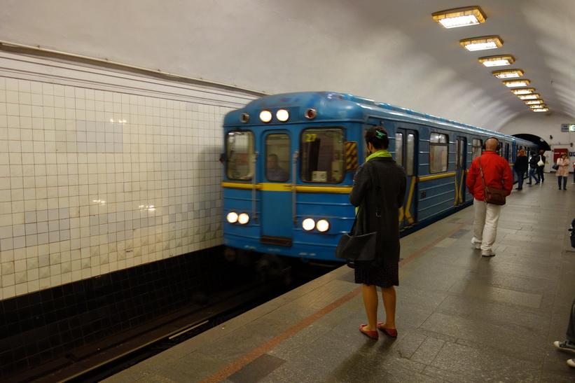 Tåget på väg in till plattformen i Kyivs tunnelbana. 4 Hryvnia kostar en enkelbiljett.