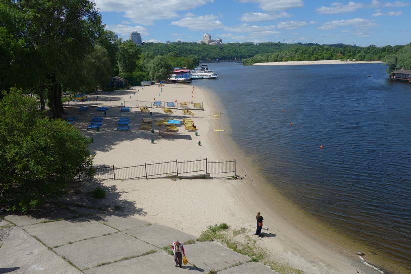En av stränderna i Hydropark, Kyiv.