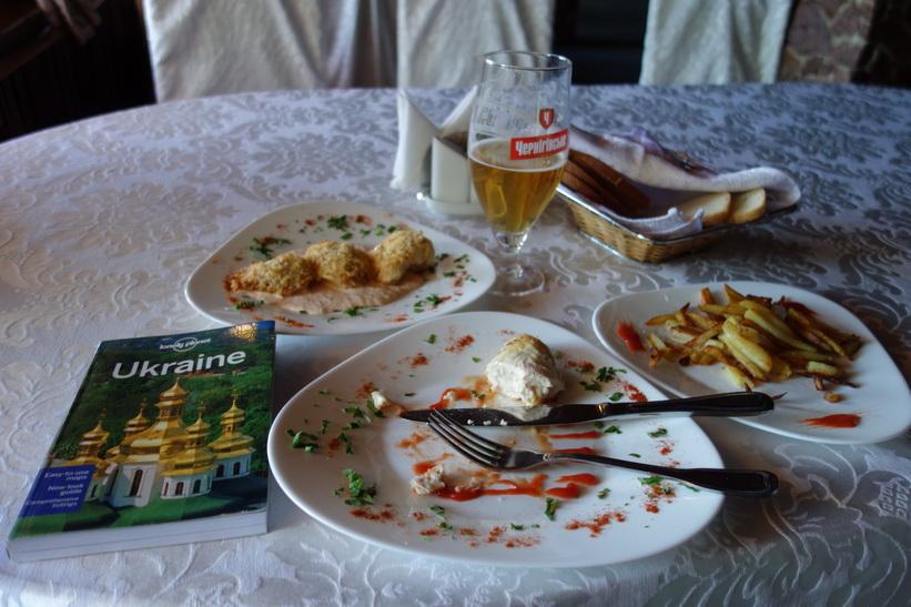 Lunch på den trevliga restaurangen Mlyn i Hydropark, Kyiv.