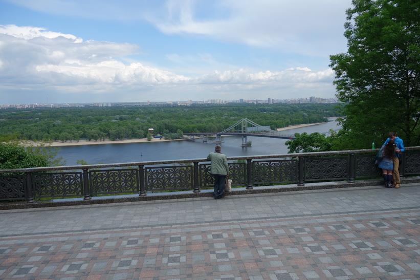 Utsikt över Kyivs oändliga förorter och floden Dnepr från Vladimir den stores staty, Kyiv.