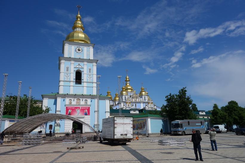 Konsertförberedelser dag två framför St. Mikaels katedral, Kyiv.