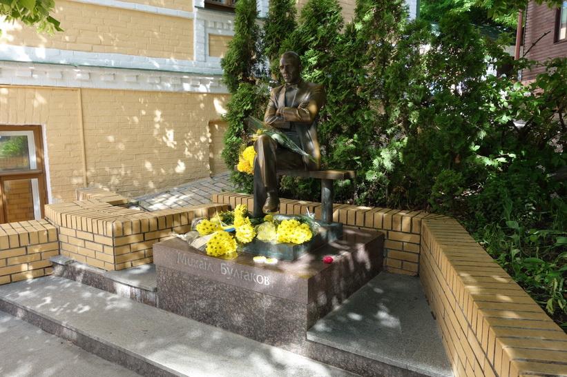 Statyn av den ryske författaren Michail Bulgakov längs Andriyivski uzviz, Kyiv.