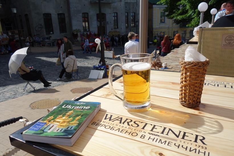Jag tar en välförtjänt öl längs Andriyivski uzviz, Kyiv.