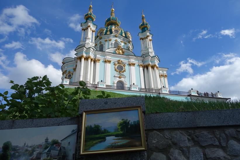 Vackra Sankt Andreas kyrka sedd från Andriyivski uzviz, Kyiv.