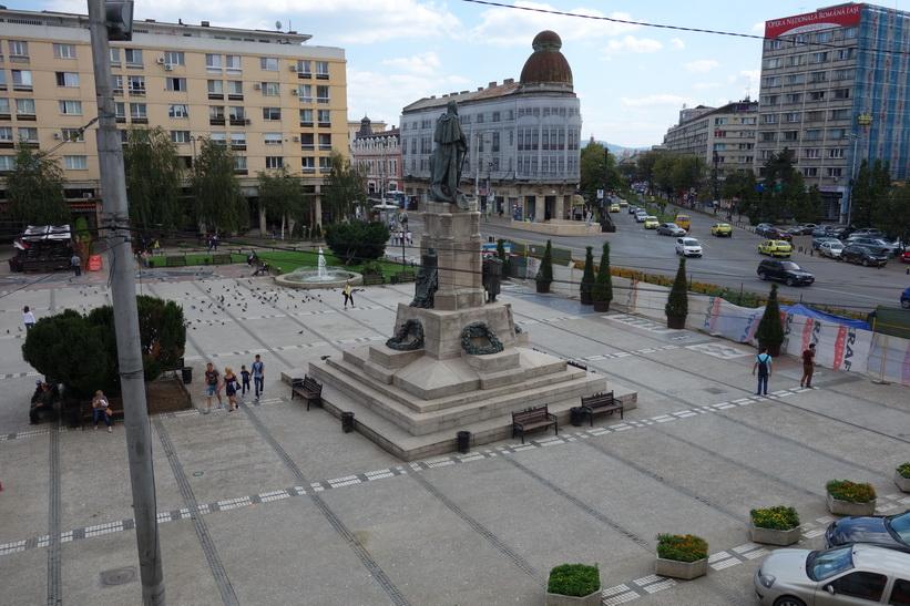 Utsikten från mitt rum på Grand Hotel Traian, mitt boende i Iași. Torget heter Piața Unirii.