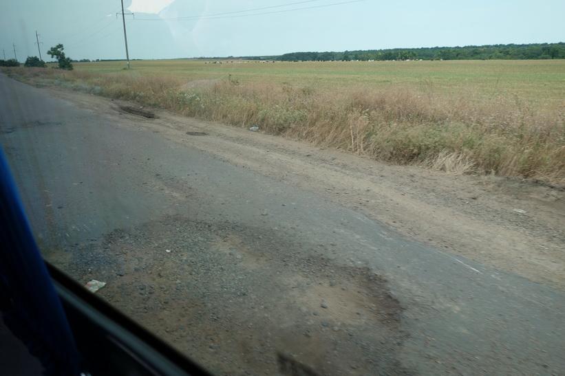 Stora potthål i vägen när vi närmar oss gränsen till Moldavien.
