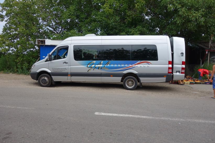 Observera Mercedesbussens påbyggnad längst bak för bagageförvaring.