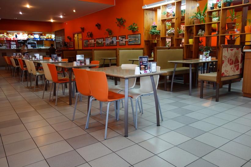 Inte mycket folk i restaurangen trots lunctid, Tiraspol.