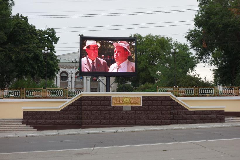 Av någon anledning så finns det stora tv-skärmar längs Strada 25 Octombrie, Tiraspol.